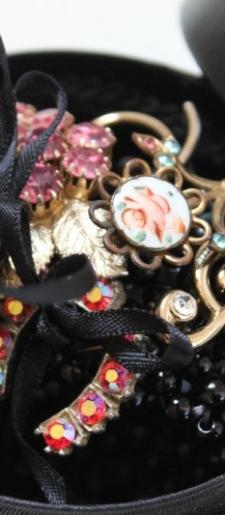 Black pearl vintage brooch wrist corsage