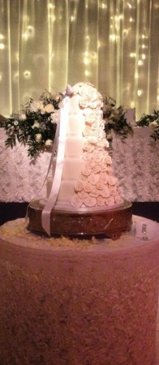 Ruffled-lace-cake-and-top-table